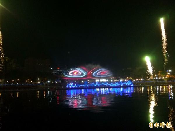 高雄燈會今晚開幕,每晚7點及9點在愛河放映6分鐘的「魔光幻影3D水上劇場」。(記者洪定宏攝)