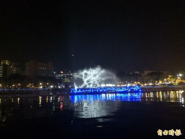 高雄燈會每晚7點及9點在愛河放映6分鐘的「魔光幻影3D水上劇場」,直到3月3日閉幕。(記者洪定宏攝)