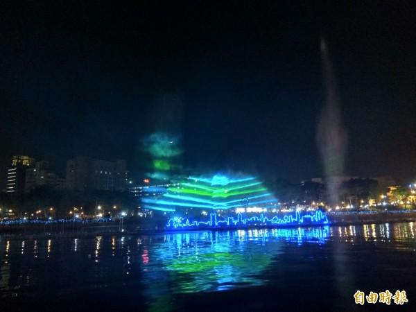 「魔光幻影3D水上劇場」以高雄85大樓等地景為舞台,用雷射光束打出各種繽紛圖案。(記者洪定宏攝)