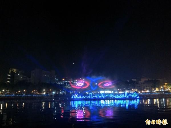「魔光幻影3D水上劇場」以高雄85大樓等地景為舞台,雷射光束打出各種繽紛圖案。(記者洪定宏攝)