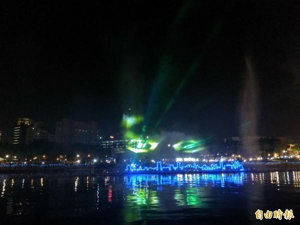 因為「魔光幻影3D水上劇場」是首次推出,出席開幕式的遊客比去年還多。(記者洪定宏攝)