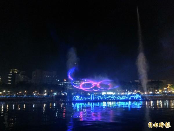 首次推出的「魔光幻影3D水上劇場」,以高雄85大樓等地景為舞台,在音樂及小規模煙火襯托下,雷射光束打出各種繽紛圖案。(記者洪定宏攝)