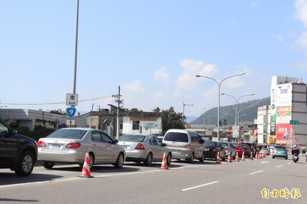 頭城交流道口也出現排隊車龍。(記者林敬倫攝)