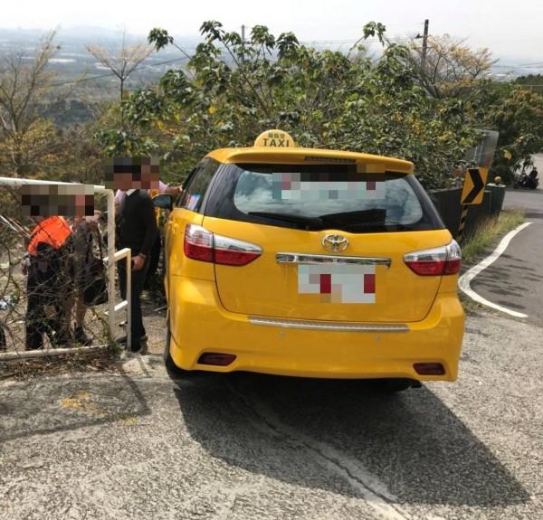 計程車搭載8名遊客到崗山之眼,返途車禍8人受傷。(記者方志賢翻攝)