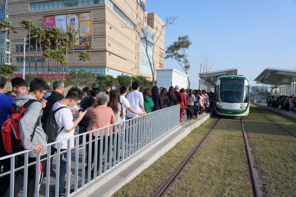 高雄輕軌年節期間吸引大批民眾搭乘(高捷提供)