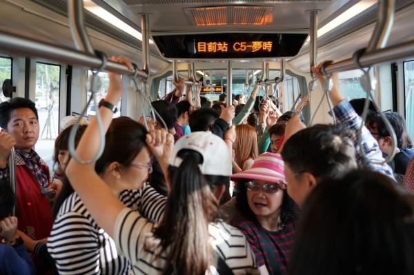 高雄輕軌年節期間許多車班都滿載(高捷提供)