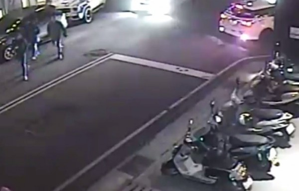 監視器拍到歹徒準備搶劫的畫面(左上)。(記者張瑞楨翻攝)