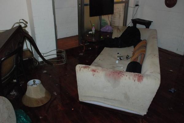 黃男用苦肉計,故意把屋內弄得凌亂不堪,還有不少血跡,製造酒後鬥毆假象。(記者張瑞楨翻攝)