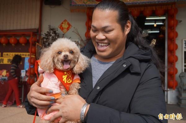 藝人瑪利亞也著認養的愛犬「Q醬」出席第一屆遛狗大會師。(記者歐素美攝)