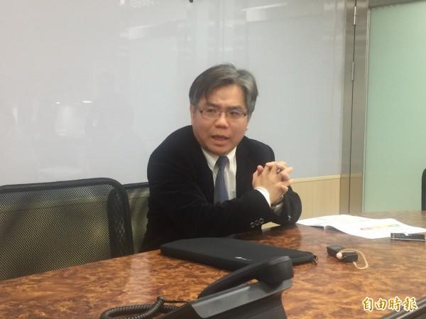 能技組長陳崇憲說明綠能屋頂方案,規模確定改採大中小3級,示範縣市將於3月中公布。(記者林菁樺攝)
