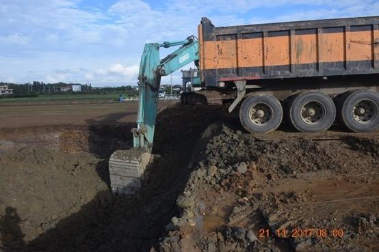 警方蒐證發現非法業者挖掘砂石。(記者劉慶侯翻攝)