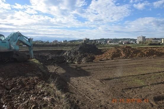 警方蒐證,發現良田土地被挖掘盜賣,再回填廢棄土。(記者劉慶侯翻攝)