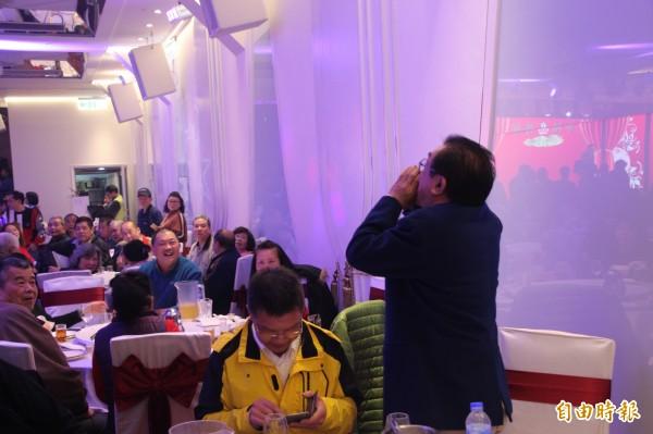 柯文哲於民進黨台北市黨部春酒唱「挪威森林」,被林姓黨員嗆下台。(記者鍾泓良攝)