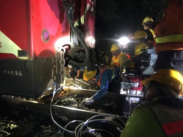 阿里山森林鐵路小火車第312次列車昨下午3點56分行經樟腦寮段19.7公里處時,發生第2節車廂車輪脫軌意外,圖為森鐵處人員搶修畫面。(台鐵局提供)
