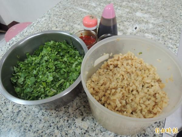 米粉焿上桌前,會添加菜脯(右),香菜(左)提味。(記者江志雄攝)