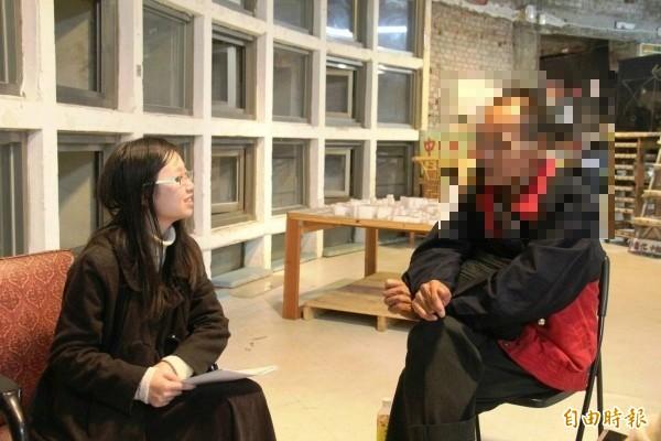 靜宜大學學子訪談台中市街友。(記者張軒哲攝)