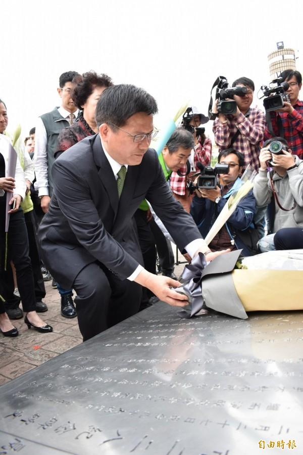 市長林佳龍與受難人家屬在紀念碑前獻花。(記者張瑞楨攝)