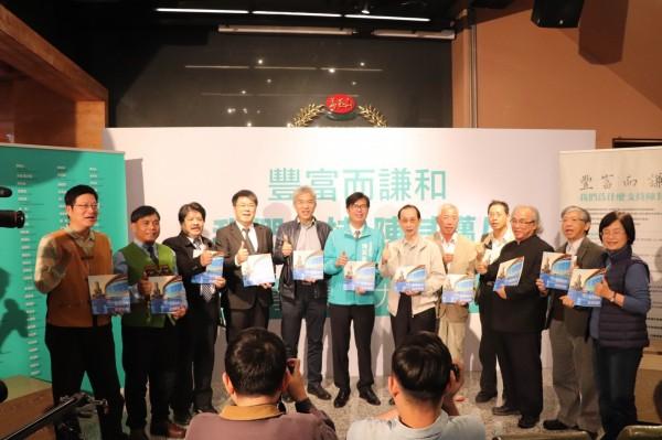 陈其迈(中)公布112位学者专家的连署。(记者葛佑豪翻摄)