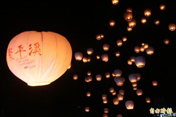 今年首場平溪天燈節將於元宵節登場,圖為去年天燈節資料照。(記者林欣漢攝)