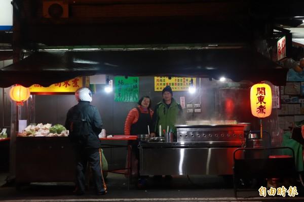 60歲的游麗華(左)與先生李崇銓(右),原本是東澳地區的流動夜市攤販,游麗華為了照顧生病的父親,開始賣起關東煮。(記者林敬倫攝)