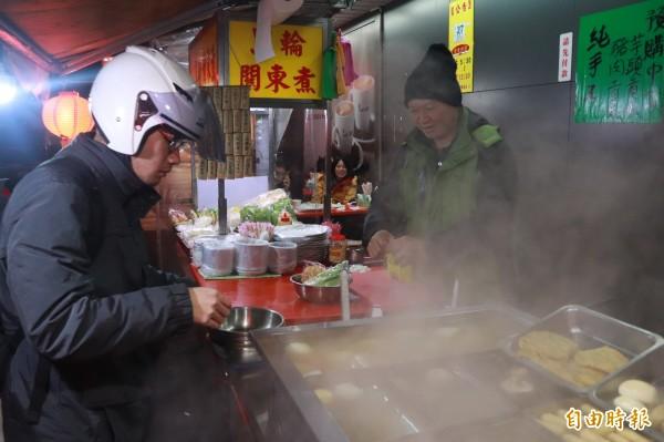 宜蘭市中山路3段與舊城北路路口,有一家沒有店名的路邊關東煮,卻是當地人的「深夜食堂」。(記者林敬倫攝)