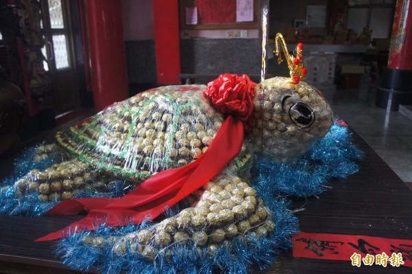 湖西龍門安良廟金莎巧克力龜,用2100顆金莎巧克力製作。(記者劉禹慶攝)
