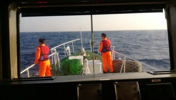 印尼漁工落海失蹤,澎湖海巡隊員在艇上目測海域搜索。(澎湖海巡隊提供)