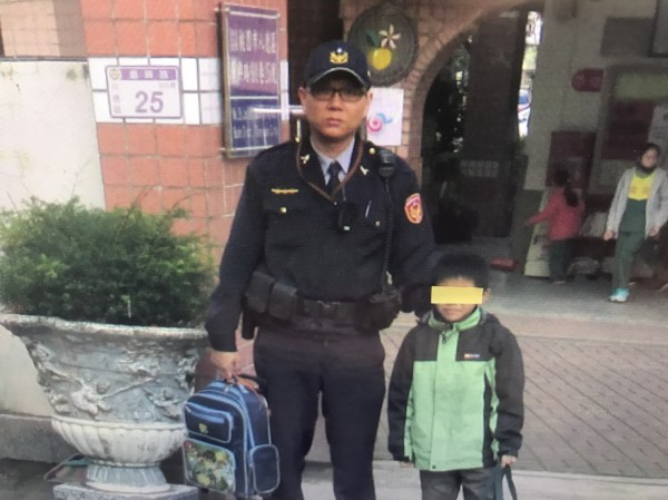 桃園市小學三年級男童迷路,驚慌失措在超商前徘徊,經熱心民眾報警,警方協助護送學童上學。(記者魏瑾筠翻攝)