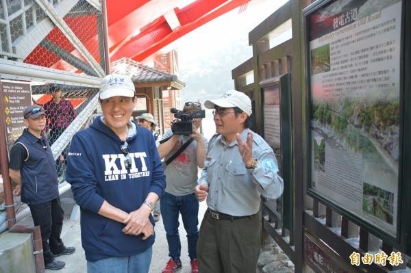 花蓮0206地震後觀光業待興,前總統馬英九今早到知名太魯閣國家公園遊覽,在解說員林茂耀的陪同下走訪砂卡礑步道。(記者王峻祺攝)