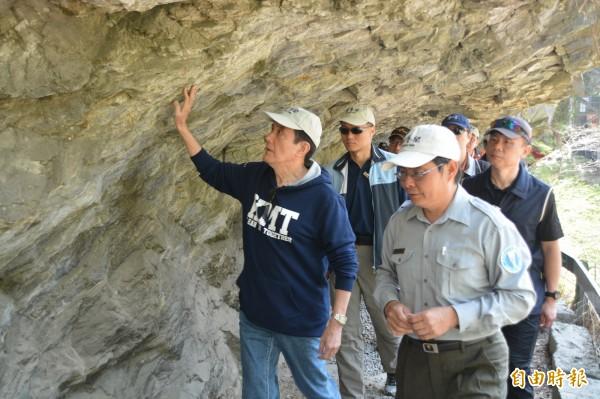 馬英九走訪砂卡礑步道時,還不斷用手撫摸一旁的峽谷峭壁,大嘆實在驚奇。(記者王峻祺攝)
