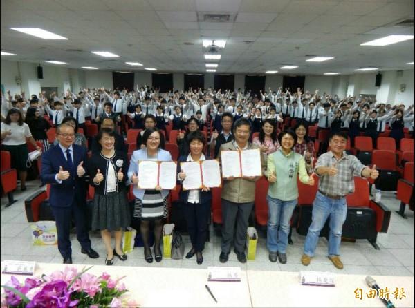 高雄科技大學、三信家商及宏華國際簽訂產學合作契約。(記者黃旭磊攝)