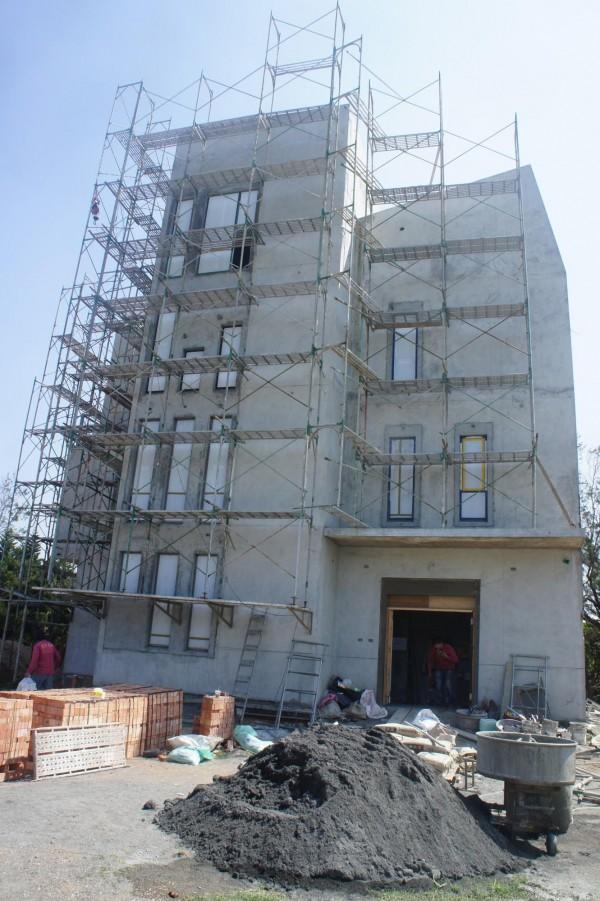 隘門正在興建的民宿工程,發生鷹架倒塌,6名工人受傷送醫。(記者劉禹慶攝)