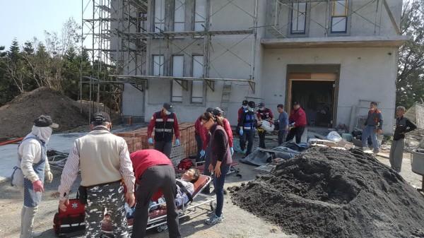 澎湖縣政府消防局接獲通報,將傷者送醫搶救。(澎湖縣政府消防局提供)