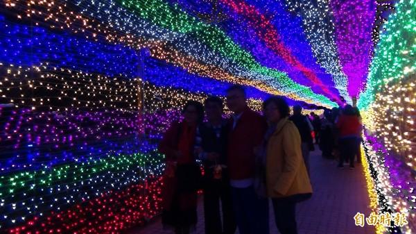 外垵今年新創LED燈光廊道,讓民眾徜徉全新的視覺感官享受。(記者劉禹慶攝)