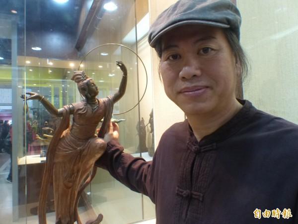 吳凡與他的作品「奔月觀音」。(記者吳正庭攝)