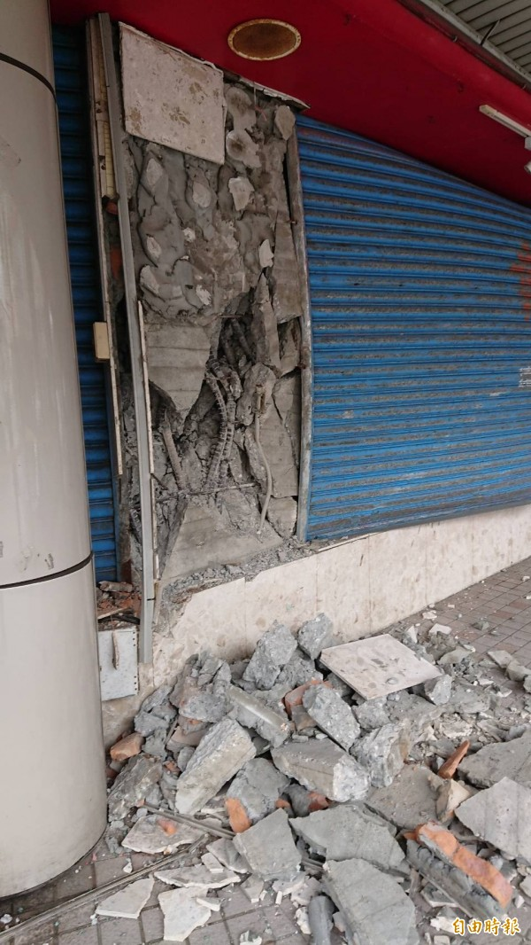 花蓮0206強震造成花蓮市中華路上的遠東百貨舊館變危樓,一樓柱子都爆裂露出鋼筋(記者王錦義攝)