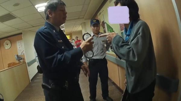 黃姓男子(右)涉嫌攻擊嘉基駐衛警,派出所員警到場處理時,與員警口角爭執。(記者丁偉杰翻攝)