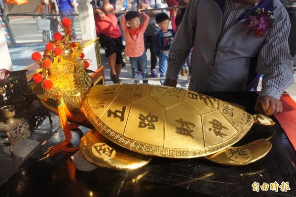 鎖港260兩黃金龜王,由有意參選縣長的陳大松擲筊獲得。(記者劉禹慶攝)