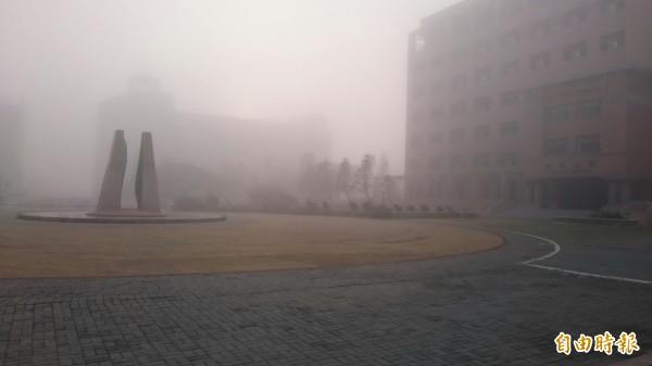 澎湖一早出現濃霧瀰漫,能見度僅四百公尺。(記者劉禹慶攝)
