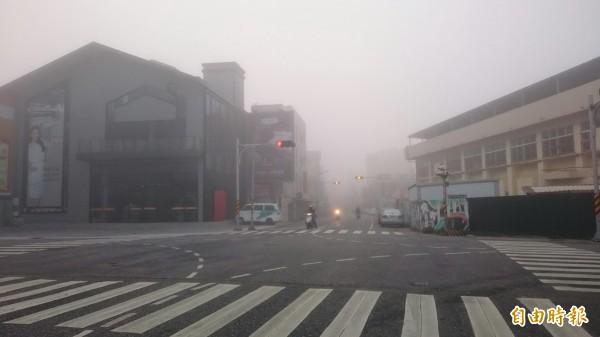 由於濃霧瀰漫澎湖本島,能見度不佳,車輛都開燈行駛。(記者劉禹慶攝)