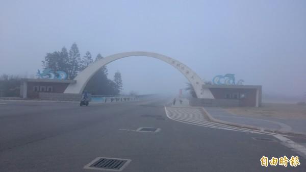 連接西嶼及白沙的跨海大橋,也被濃霧壟罩。(記者劉禹慶攝)
