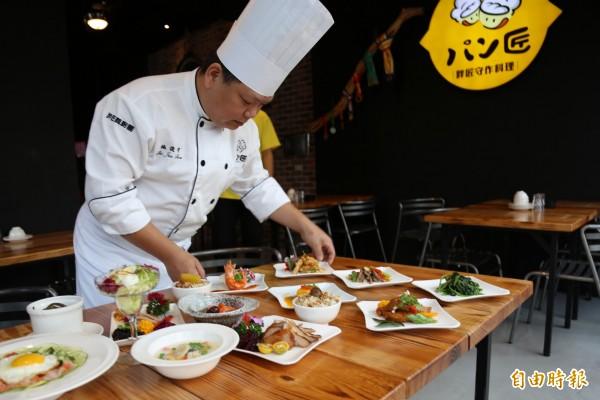 施俊守透過巧思設計,將過去必須多人分享的合菜料理,變成一個人也能享受的豐富套餐,從食材到調味料通通堅持手作,創造出別人無法模仿的獨家口味。(記者邱芷柔攝)