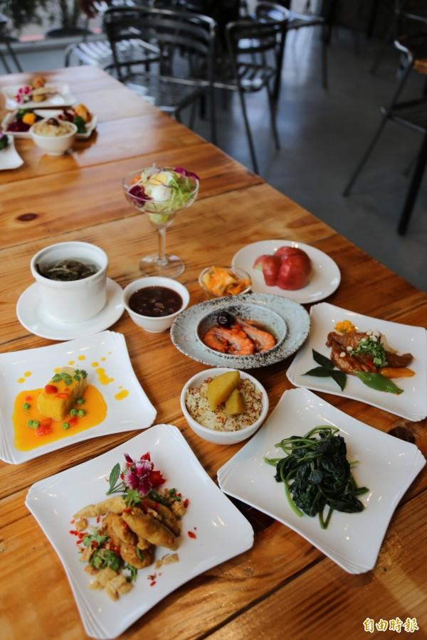 澎湃的台式料理搖身變成精巧的個人套餐,每份套餐都有10道料理,並搭配著不同的花卉擺盤。(記者邱芷柔攝)