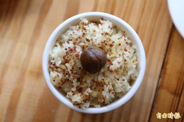 今年掀起養身風潮的紅藜飯也是店內招牌。(記者邱芷柔攝)