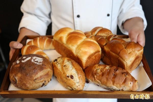 因為嚴選食材與堅持手作的理念相同,店內也販售倪璽評的麵包。(記者邱芷柔攝)