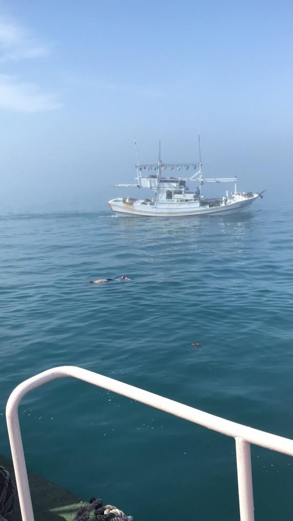 發現遺體的聖號漁船,守護在現場等待警艇將大艇撈起。(澎湖海巡隊提供)
