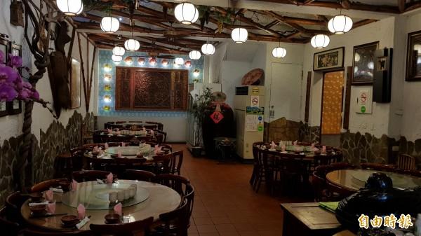 店內裝飾古色古香,賓客舒服大啖美食。(記者彭健禮攝)