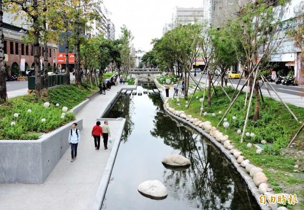 綠川已成為台中市熱門打卡景點。(記者張菁雅攝)