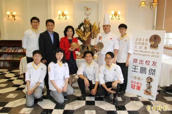 高餐大校長林玥秀(後排左3)邀請王鵬傑(後排右2)返母校傳承。(記者洪臣宏攝)