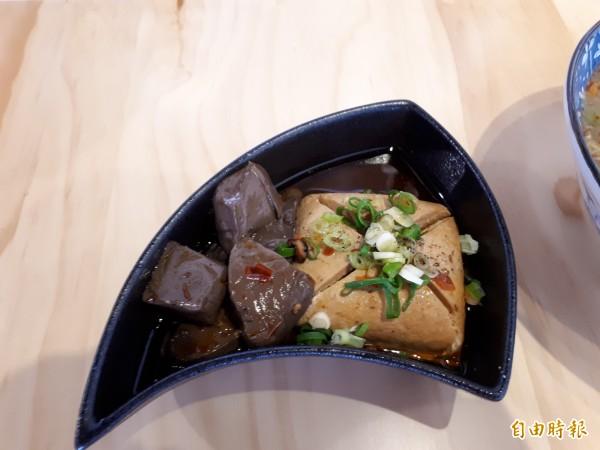 新竹市「粥坊」有帥哥型男為你煮粥,除了粥品,店內的人氣小菜「麻辣鴨血臭豆腐」,用20幾種中藥炒過且自製辣香油,讓人吃得過癮,辣得有勁。(記者洪美秀攝)